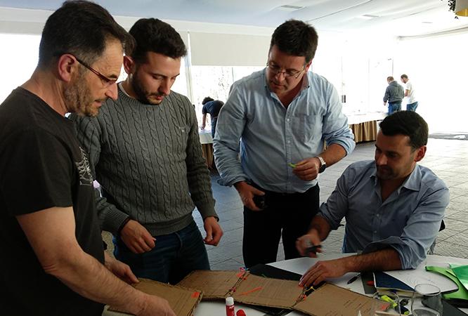 Grupo de trabajo realizando prototipos